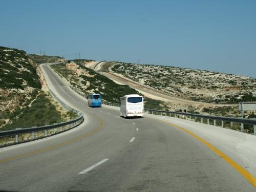 A droite des autobus JCall, la ligne de sécurité entre Israël et les Territoires palestiniens