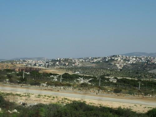 De l'autre coté de la barrière de sécurité, le village palestinien de Tura