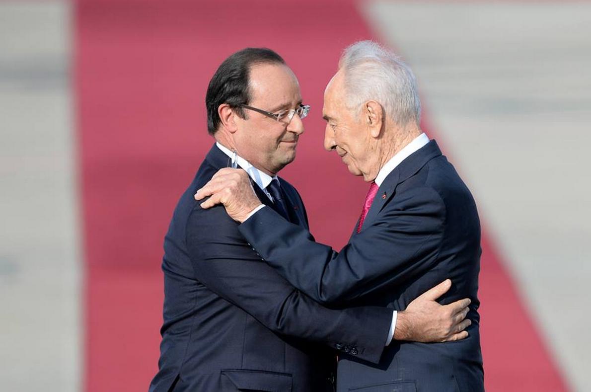 Hollande et Pérès - embrassade